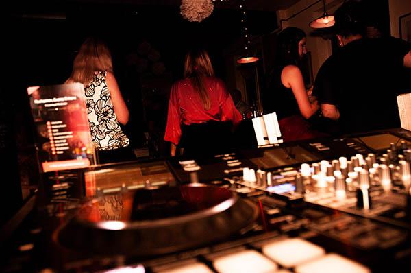 Polterabend - DJ Mischpult und Tanzmenge im Hintergrund